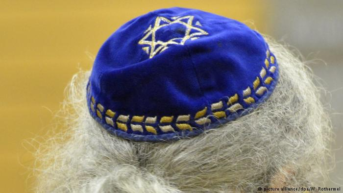 A yarmulke atop a man with grey hair (photo: picture-alliance/W. Rothermel)