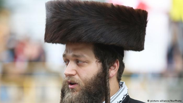 Man wearing fur-trimmed shtreimel (photo: picture-alliance/NurPhoto)