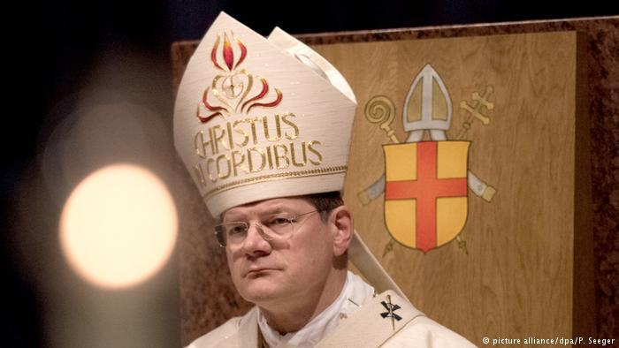 Archbishop Stephen Burger wearing a mitre (photo: picture-alliance/dpa/P. Seeger)