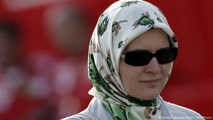 Muslim woman wearing a headscarf (photo: picture-alliance/dpa/G. Schiffmann)