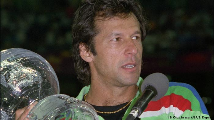 Imran Khan holds the 1992 Cricket World Cup (photo: Getty Images/AFP/S. Dupont)