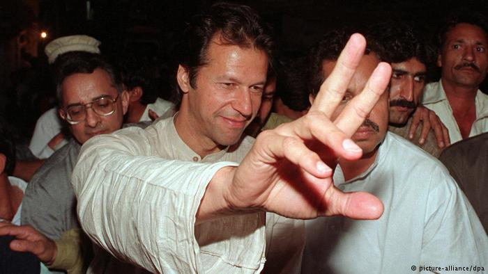 Ex-cricket star Imran Khan campaigns ahead of the 1997 election (photo: picture-alliance/dpa)