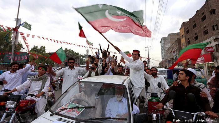 Supporters of Imran Khan celebrate the PTI's regional victory in Khyber Pakhtunkhwa (photo: picture-alliance/dpa/ A. Arab)