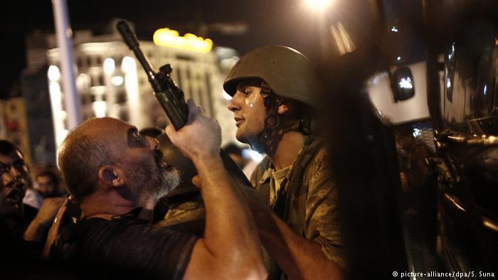 Turkish police arrest Turkish soldiers on Taksim Square