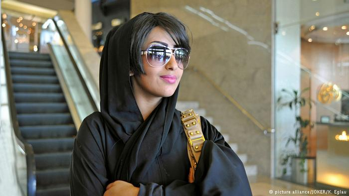 Saudi Arabian woman wearing a chador (photo: picture-alliance/JOKER/K. Eglau)