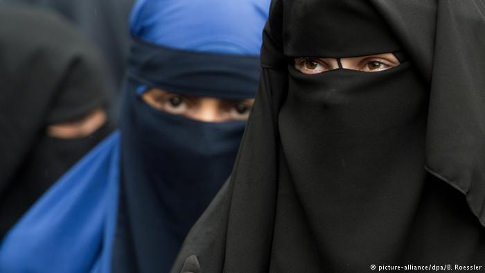 Women seen wearing niqab in Germany (photo: picture-alliance/dpa/B. Roessler)