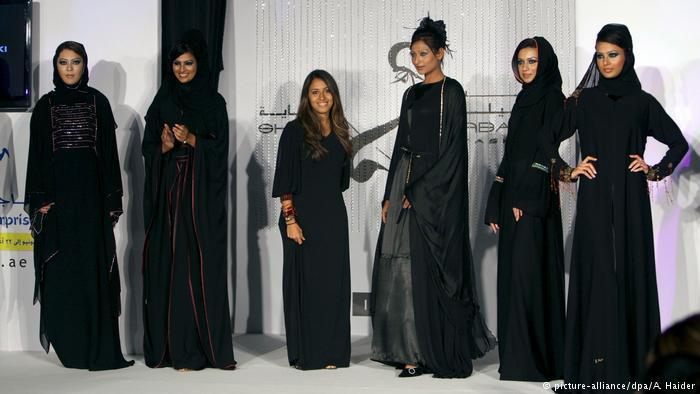 Women wearing various abaya at an Arab fashion show (photo: picture-alliance/dpa/A. Haider)