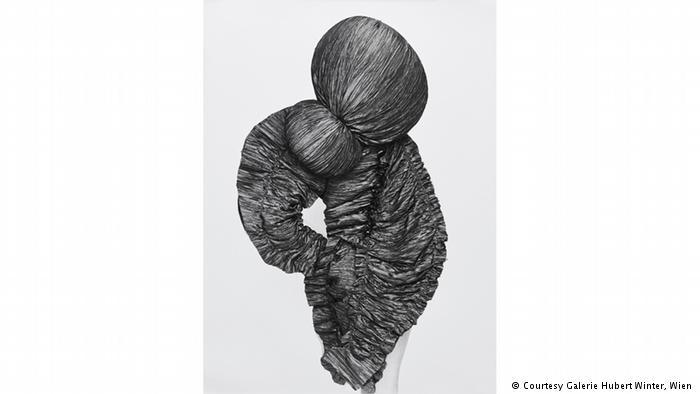 A photograph shows crinkled fabric knotted in a bun-like ball and hanging down (photo: Galerie Hubert Winter, Vienna)