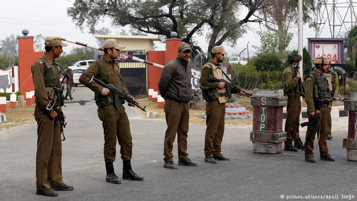 Soldiers in front of a roadblock in Indian Kashmir (photo: picture-alliance/dpa/J. Singh)