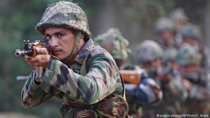 Soldiers patrol following an attack on an Indian military base (photo: picture-alliance/AP Photo/C. Anand)