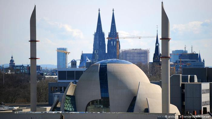 A view of the Central Mosque with Cologne Cathedral in the background (photo: picture-alliance/dpa/H. Kaiser)