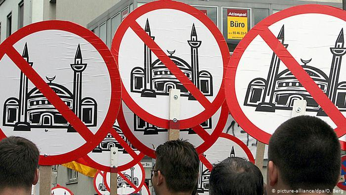 Right-wing protests against the mosque in 2007 (photo: picture-alliance/dpa/O. Berg)