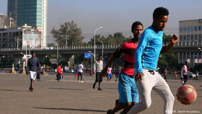 Young boys playing football on the streets of Addis Ababa (photo: DW/Maria Gerth-Niculescu)