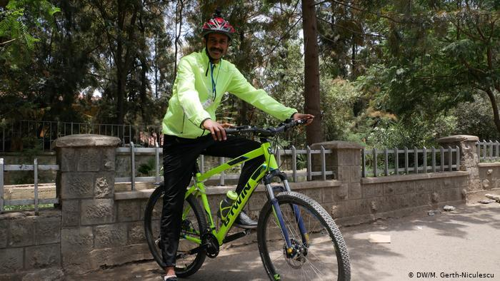 Abraham posing with his bicycle (photo: DW/Maria Gerth-Niculescu)