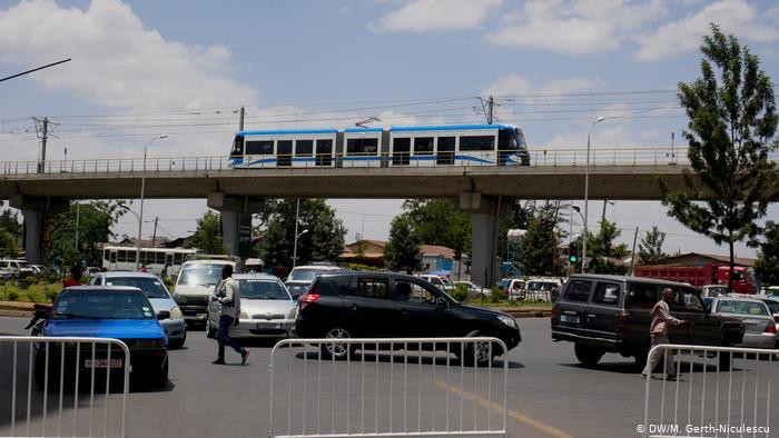 Addis Ababa's electric railway on a bridge over a street jammed with cars (photo: DW/Maria Gerth-Niculescu)