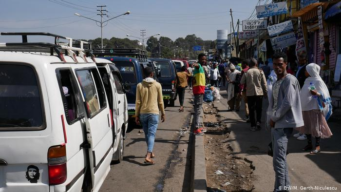 A street jammed with minibuses (photo: DW/Maria Gerth-Niculescu)