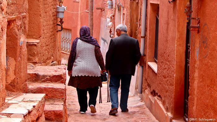 An older couple walks through the small streets of the village of Abyaneh in Iran (photo: DW/F. Schlagwein)