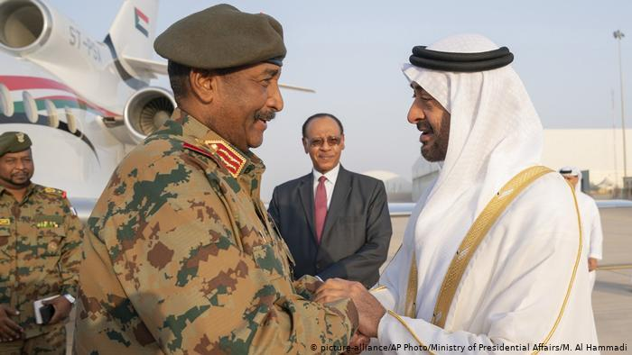 General Abdel Fattah Burhan shakes hands with the Crown Prince of Abu Dhabi (photo: picture-alliance/AP Photo/Ministry of Presidential Affairs/M. Al Hammadi)