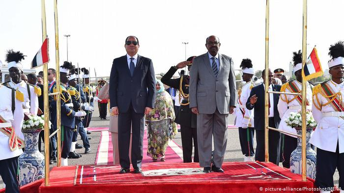 President Abdul Fattah al-Sisi with Omar al-Bashir at a military parade (photo: picture-alliance/Photoshot/MENA)