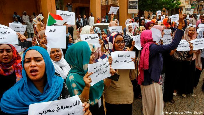 Women strike outside the Bank of Khartoum (photo: Getty Images/AFP/A. Shazly)