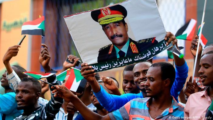 Army supporters hold up a poster of General Abdel Fattah Burhan (photo: Getty Images/AFP/A. Shazly)