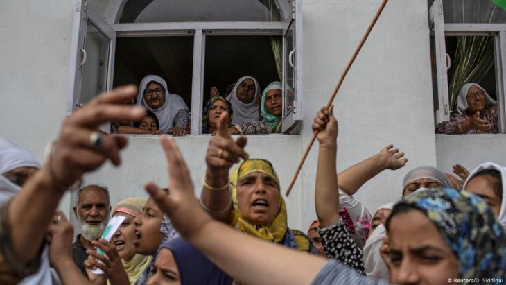 Kashmiri women shout slogans in Anchar neighbourhood after Friday prayers (photo: Reuters/D. Siddiqui)