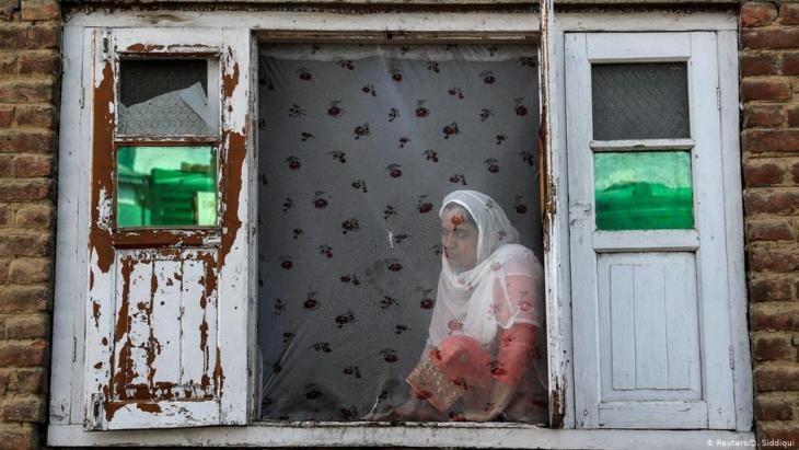 A Kashmiri woman watches the street protests in Anchar (photo: Reuters/D. Siddiqui)
