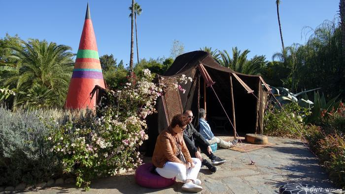 Morocco: ANIMA Garden - people sitting in the garden in front of a Berber tent (photo: DW/V. Witting)