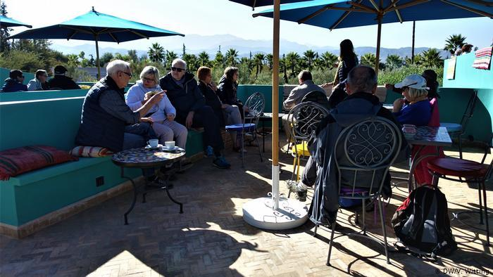 Morocco: ANIMA Garden - people sitting at an outdoor cafe (photo: DW/V. Witting)