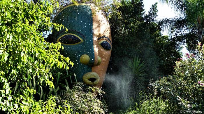 Morocco: ANIMA Garden - a stone face in the garden from which water vapour streams (photo: DW/V. Witting)