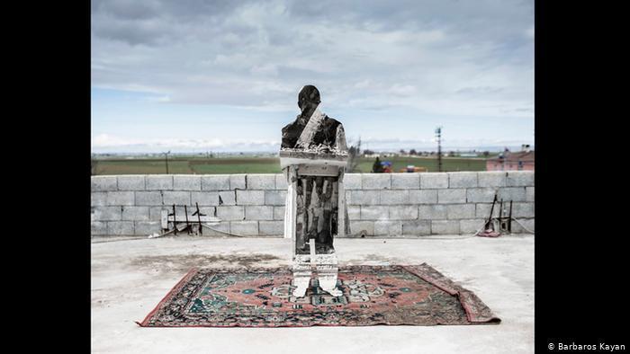 Silhouette of a metal man standing on a carpet (photo: Barbaros Kayan)