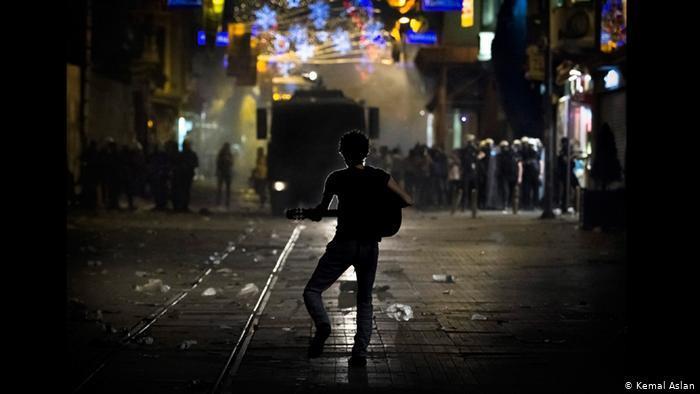 Protester plays guitar during Gezi protests (photo: Kemal Aslan)