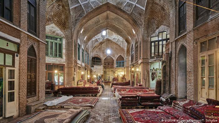 Carpets in the Bazaar of Tabriz (photo: picture-alliance/Dumont/T. Schulze)