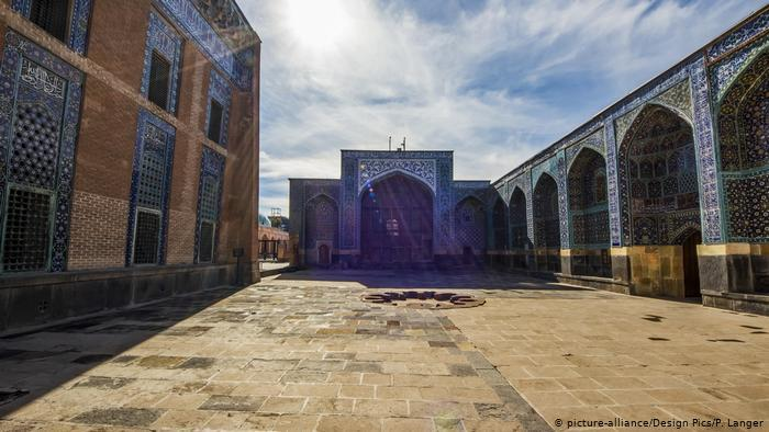 Ornate buildings including a shrine encompassing a stone street (photo: picture-alliance/Deisgn Pics/P. Langer)