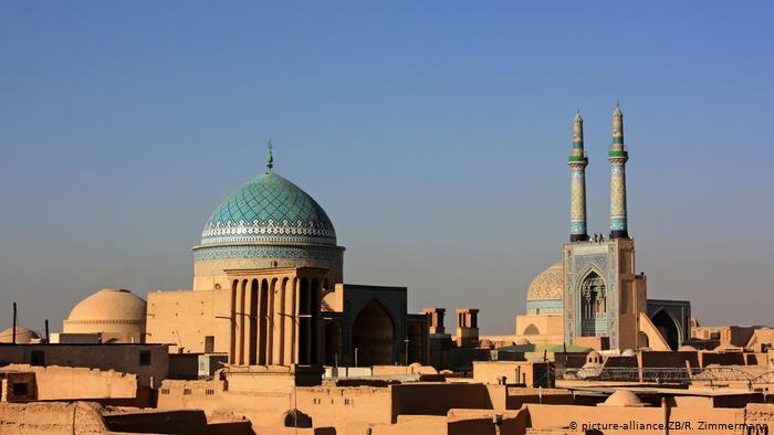 Brown flat structures and two buildings with domes, one of them turquoise, and another structure with two turquoise spires (photo: picture-alliance/ZB/R. Zimmermann)