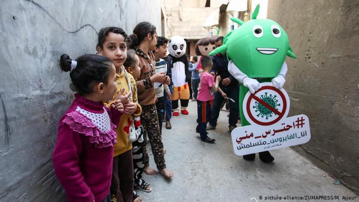 Palestinian clowns dressed as animals, cartoon characters, and the coronavirus visit children's homes (photo: picture-alliance/ZUMAPRESS/M. Ajjour)
