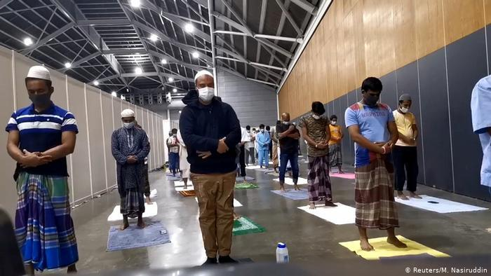 Ramadan in Singapore - prayers in an exhibition centre (photo: Reuters/M. Nasiruddin)