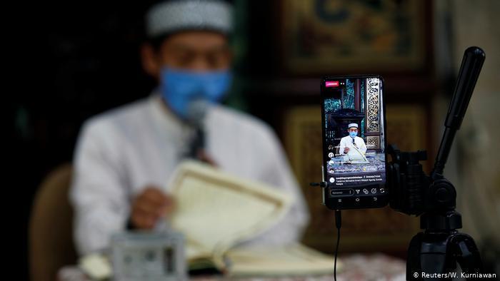 Ramadan in Indonesia - digital prayers (photo: Reuters/W. Kurniawan)