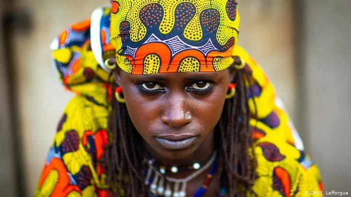 A Peul woman from Ivory Coast in traditional dress (photo: DW/E. Lafforgue)