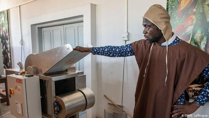 A man working at a chocolate factory in Ivory Coast (photo: DW/E. Lafforgue)