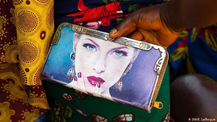 A purse sold at a market in Ivory Coast depicting a woman with fair skin (photo: DW/E. Lafforgue)