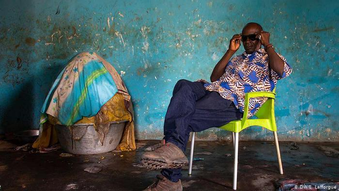 An Ivorian man waits to buy karite or shea butter in the Savanes district (photo: DW/E. Lafforgue)