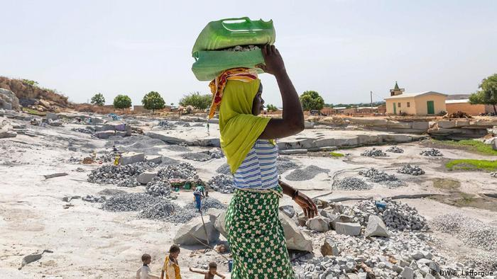 An Ivorian woman working in a mine quarry (photo: DW/E. Lafforgue)