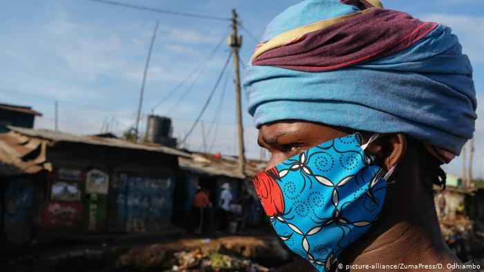 Local designer David Ochieng - a.k.a. Avido - poses in one of his face masks. He is supplying the local community in and around Kibera with reusable masks (photo: picture-alliance/ZumaPress/D. Odhiambo)