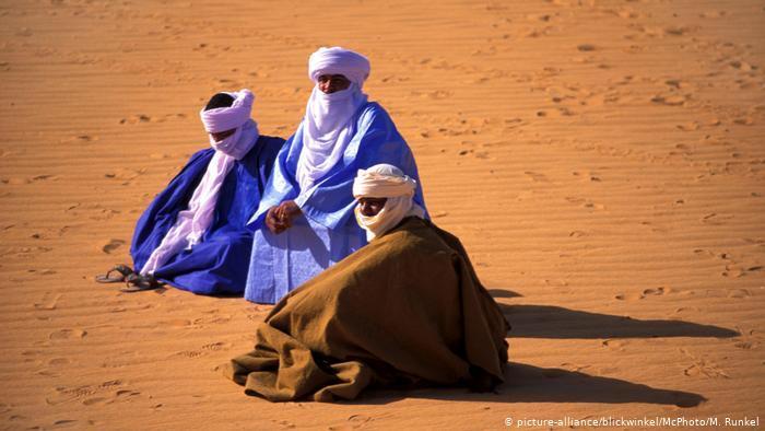 Three Tuareg men in the desert (photo: picture-alliance/blickwinkel/McPhoto/M. Runkel)