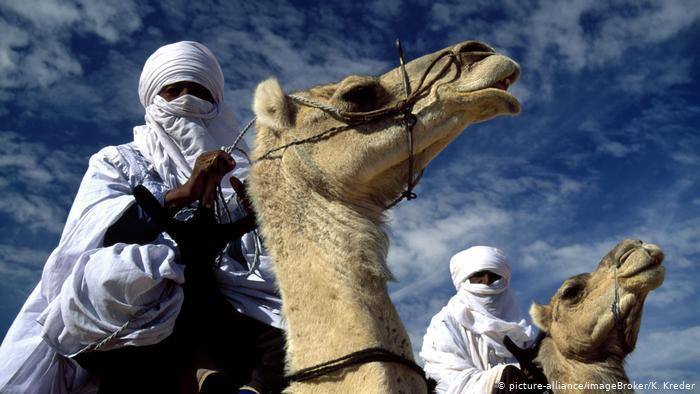 Two Tuareg men on camels (photo: picture-alliance/ImageBroker/K. Kreder)