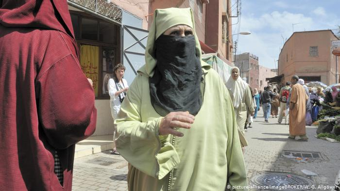 Woman in Morocco wearing niqab and abaya (photo: picture-alliance/ImageBroker/W. G. Allgoewer)