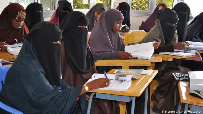 Veiled students in Mogadishu (photo: picture-alliance/Photoshot)
