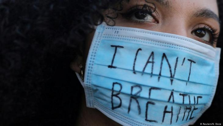 Protester wearing an 'I can't breathe' mask in front of the U.S. consulate in Barcelona, Spain, on 1 June 2020 (photo: Reuters/N. Doce)