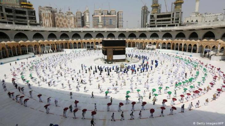 Social distancing at the Grand Mosque in Mecca (photo: Getty Images/AFP)